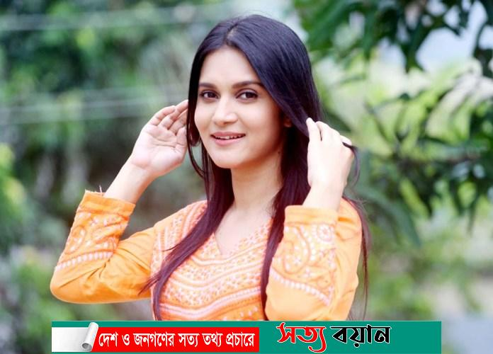 Mithila doing office work during shooting